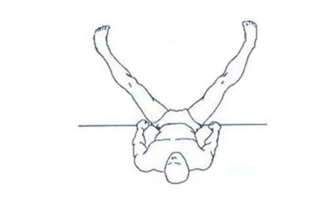Un estiramiento para aliviar tensiones en las piernas tras el entrenamiento