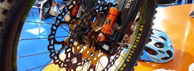 Gatorbrake: Frenos hidráulicos con 8 pistones, discos en fibra de carbono y doble pinza delantera