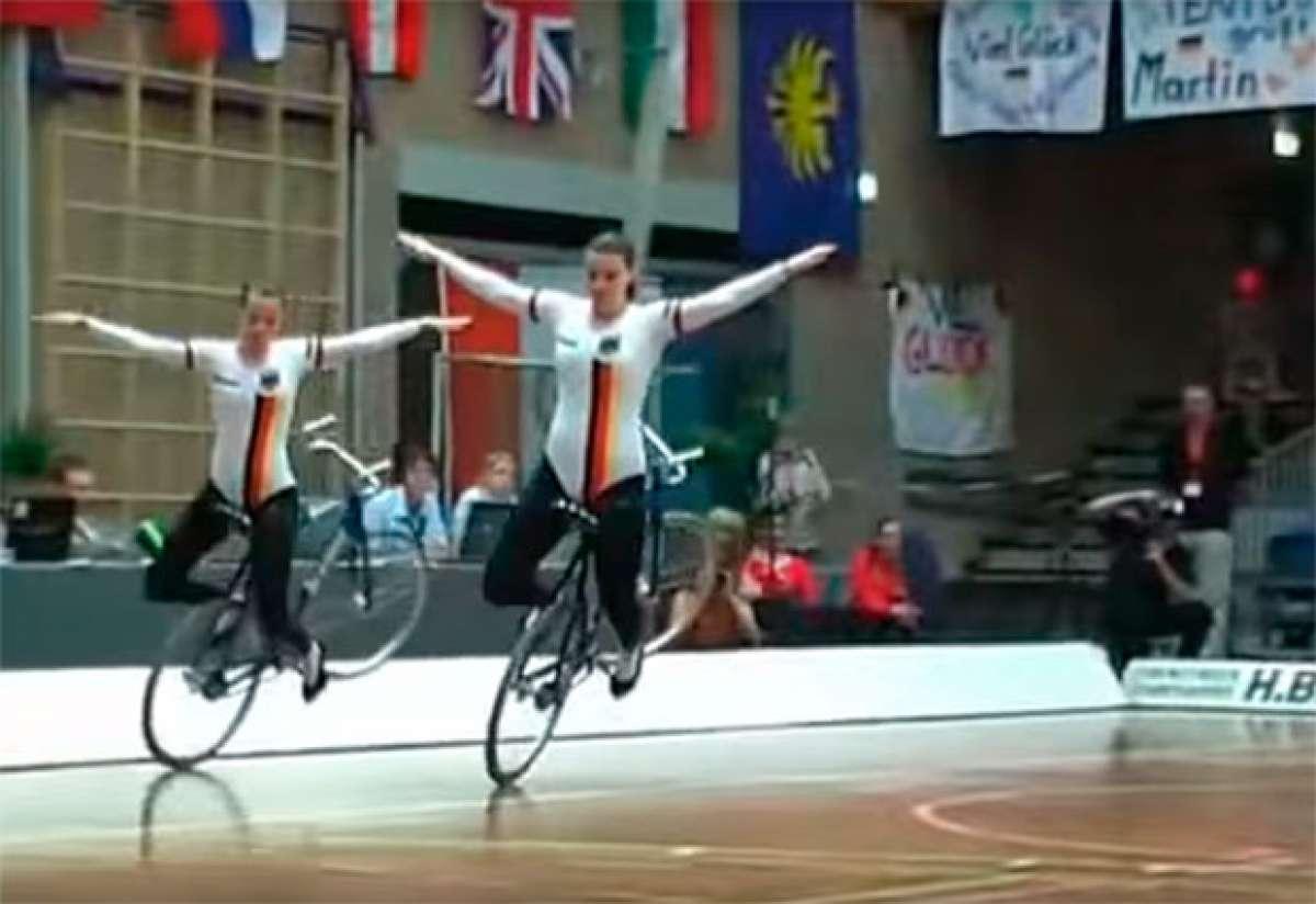 La impresionante técnica de dos chicas sobre una bicicleta
