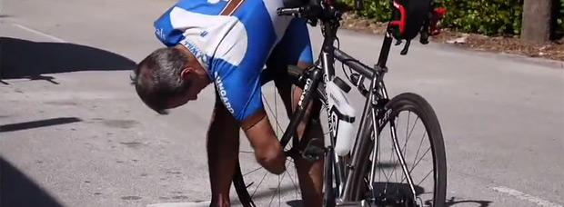 Video: Cambiando una cámara pinchada de bicicleta... sin manos