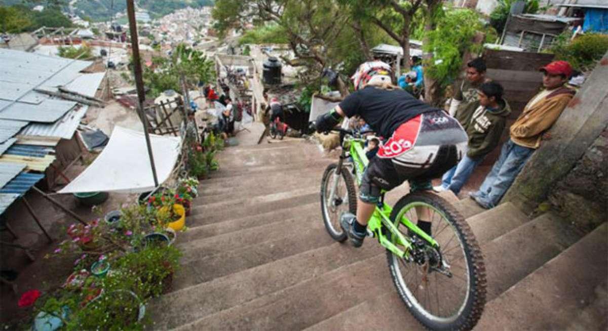 Video: Vertiginoso descenso urbano por las calles de la ciudad mexicana de Taxco