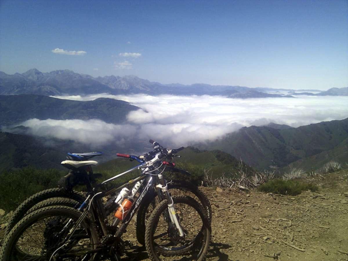 La foto del día en TodoMountainBike: 'Nubes, bicis y montañas'