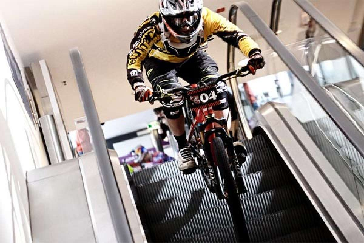 """Arkády DownMall Race"", una espectacular competición de Mountain Bike en el interior de un gran centro comercial"