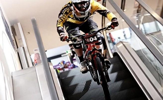 'Arkády DownMall Race', una espectacular competición de Mountain Bike en el interior de un gran centro comercial