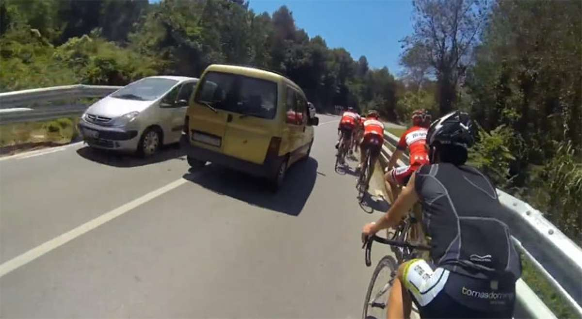 Video: Una conductora temeraria, un grupo de ciclistas y una cámara de video