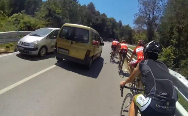 Video: Una conductora temeraria, un grupo de ciclistas y una cámara de video