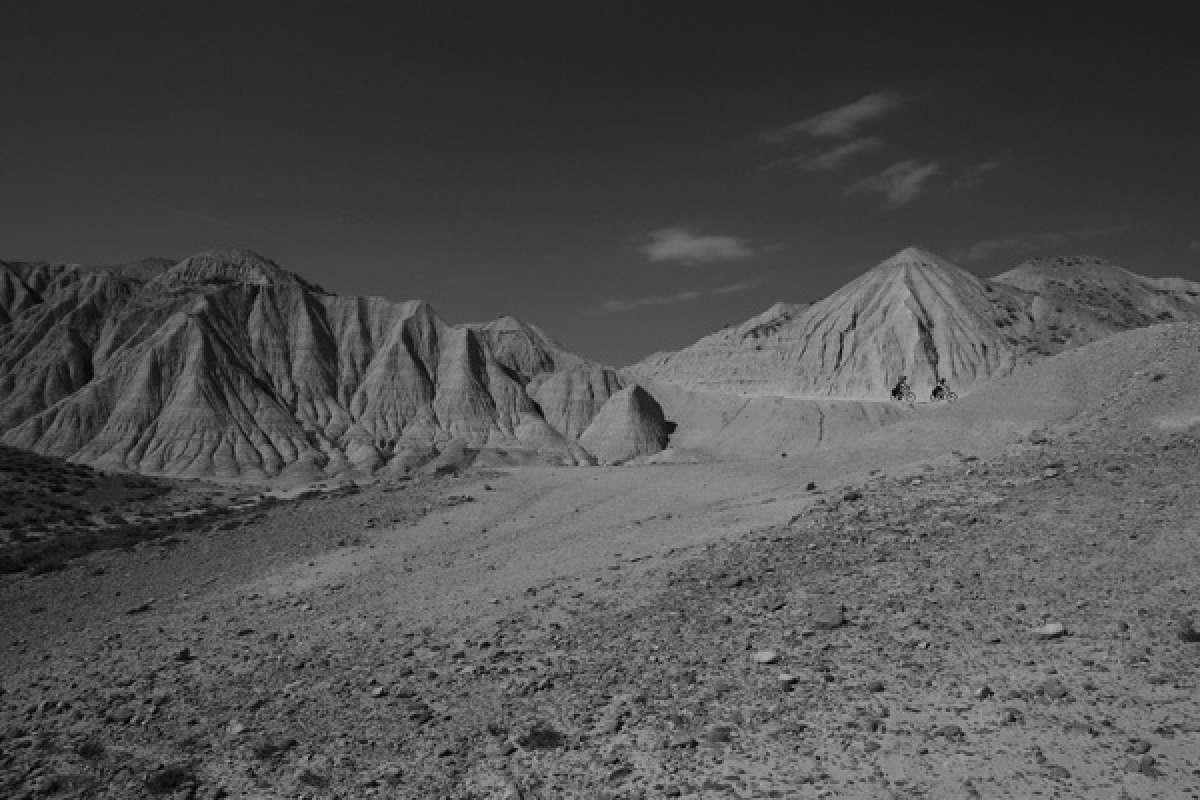 La foto de la semana en TodoMountainBike: 'Mountain Bike con alforjas en las Bardenas Reales'