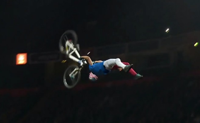 Video: 'Superman Double Backflip', probablemente la acrobacia más increíble (y difícil) sobre una bicicleta