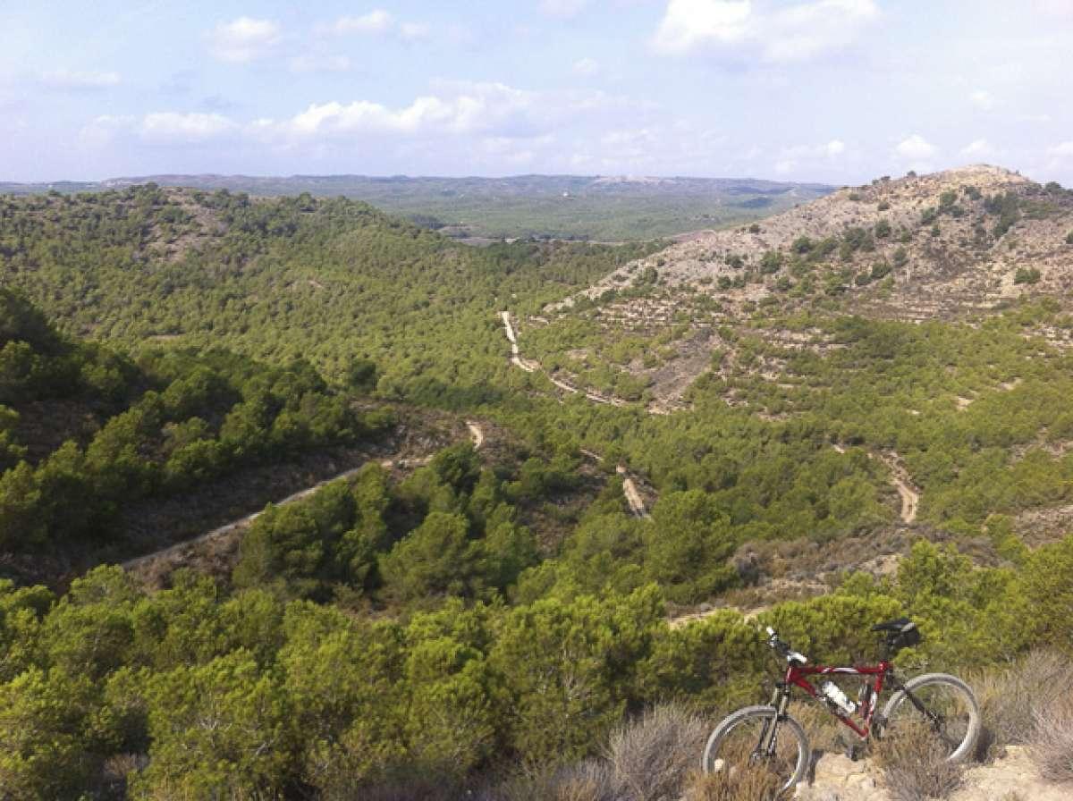 """La foto del día en TodoMountainBike: """"Descenso de las antenas del Embalse de Santomera (Murcia)"""""""