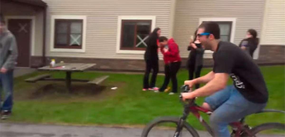 Impresionante caída en bicicleta con tajo en la ceja incluido, o por qué SIEMPRE hay que usar el casco
