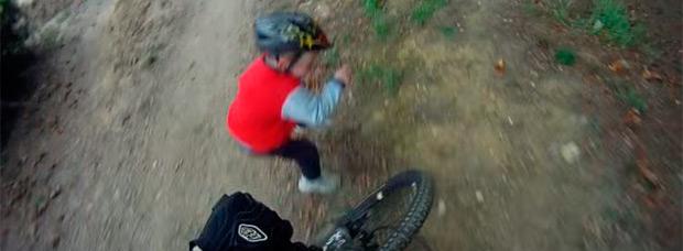 Un Bike Park + Una bicicleta + Un niño despistado = Un accidente inminente