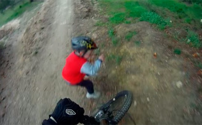 Un Bike Park + Una bicicleta + Un niño despistado = Un accidente inminente