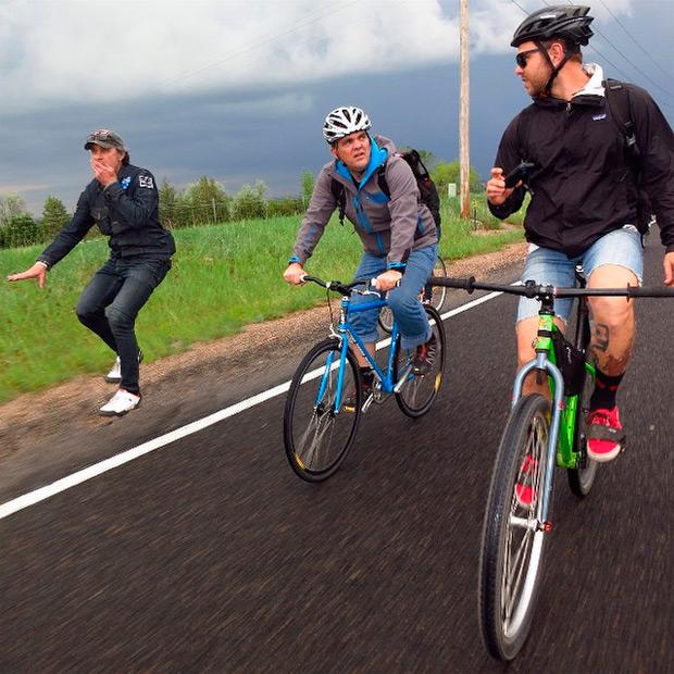 Bicicletas invisibles (o ciclistas imposibles) en el arte digital de Stevil Kinevil