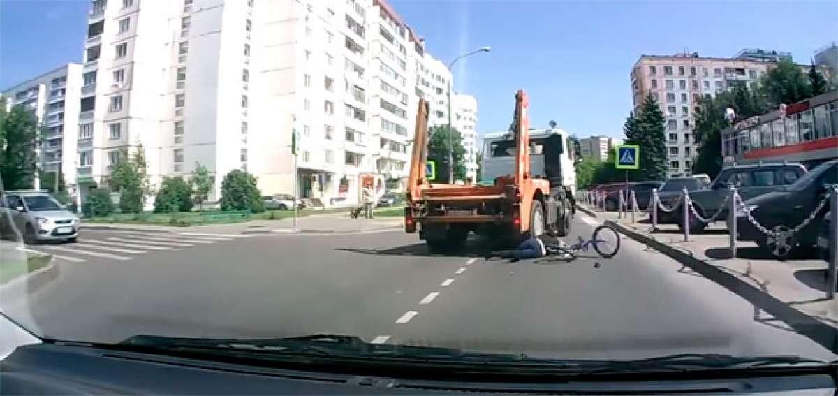 El escalofriante y brutal atropello de un camión a una ciclista