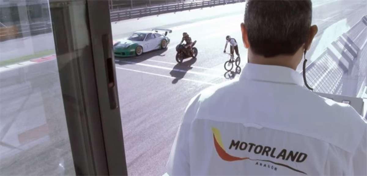 Un circuito de carreras + Un Porsche + Una motocicleta + Una bicicleta de Trial = Espectáculo garantizado