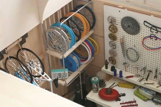 Curioso, curioso: Un completo taller para bicicletas... en el interior de una casita de muñecas