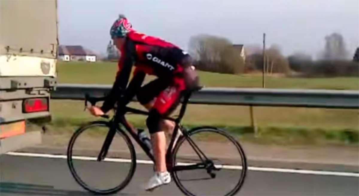 """Pegado a un camión, a 90 km/h, sin casco y por la autopista. Otro ciclista suicida """"cazado"""" por la cámara"""