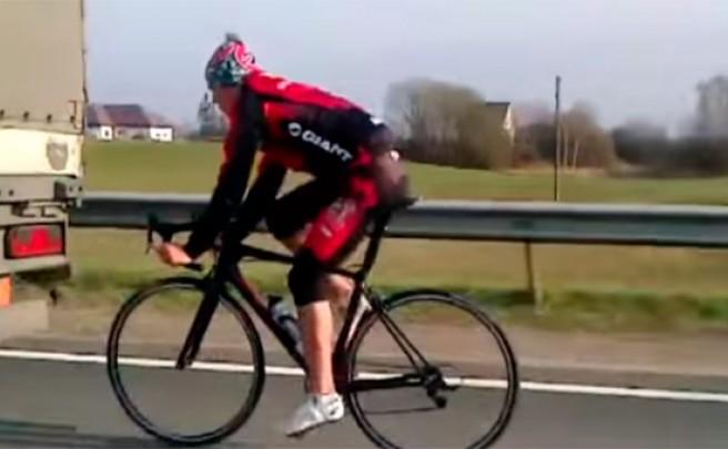 Pegado a un camión, a 90 km/h, sin casco y por la autopista. Otro ciclista suicida 'cazado' por la cámara
