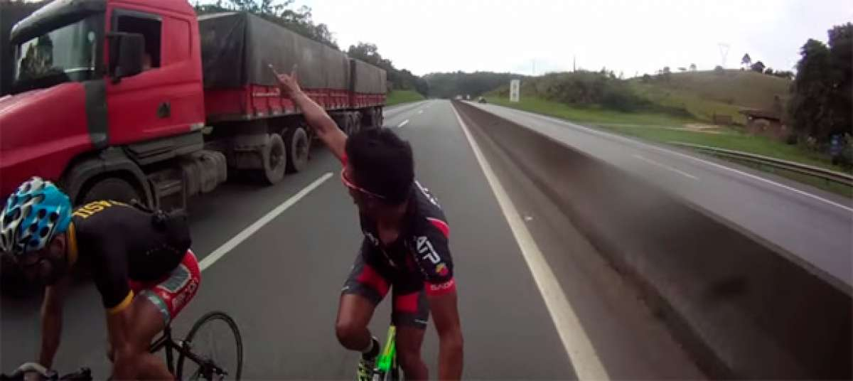 Dos ciclistas a 124 km/h, sin casco y por la autopista. ¿Imprudentes? Imprudentes no, lo siguiente