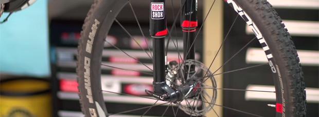 Así se ajusta el eje pasante y se guían los cables de la nueva horquilla invertida RockShox RS-1