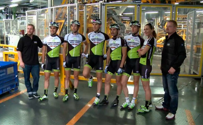La divertida visita del equipo Multivan Merida Biking Team a la factoría Volkswagen