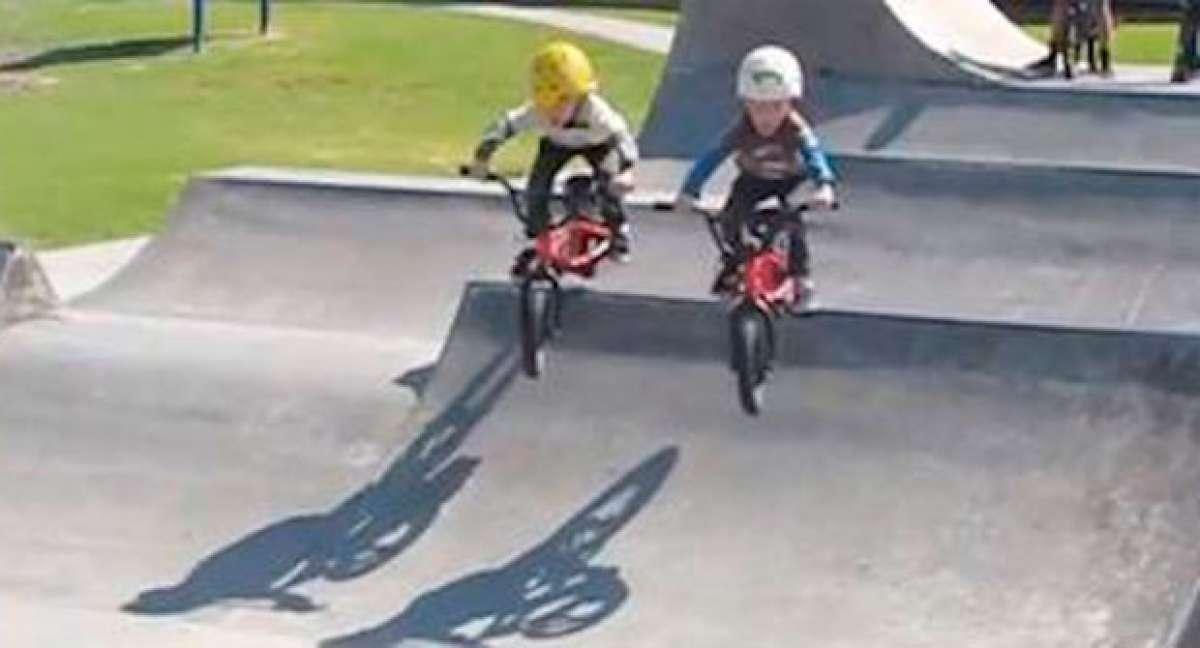Dos hermanos de 4 años, dos bicicletas BMX y alguna que otra caída. Diversión y ternura a partes iguales...