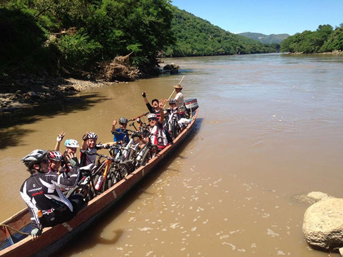 """La foto del día en TodoMountainBike: """"Atravesando el río Magdalena (Colombia)"""""""