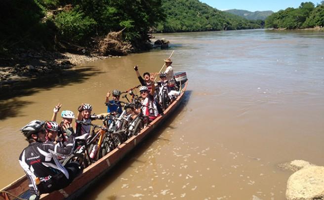 La foto del día en TodoMountainBike: 'Atravesando el río Magdalena (Colombia)'