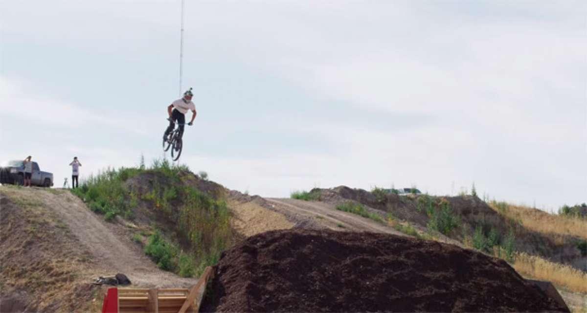 Así se hace una triple voltereta mortal hacia atrás sobre una bicicleta