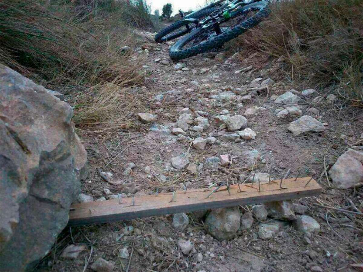 Un ciclista con lesión de médula a causa de otra trampa colocada en los montes gallegos. ¿Qué está pasando?