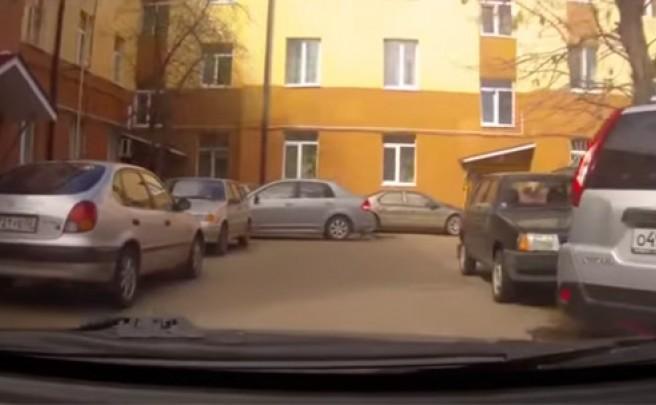 Una divertida pelea entre dos ciclistas, grabada por un conductor