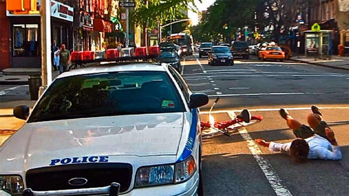 Los peligros de circular por un carril bici, según Casey Neistat