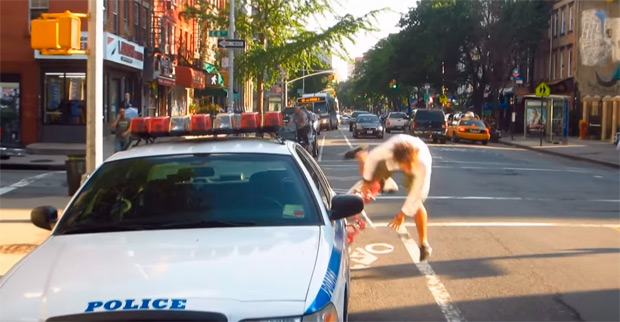 Los hilarantes peligros de circular por un carril bici, según Casey Neistat