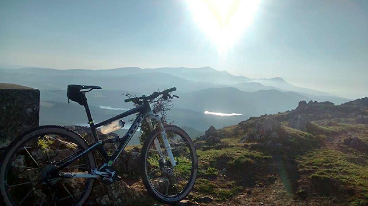"""La foto del día en TodoMountainBike: """"Tierra, agua y cielo desde los Montes de Arlabán"""""""