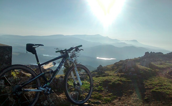 La foto del día en TodoMountainBike: 'Tierra, agua y cielo desde los Montes de Arlabán'