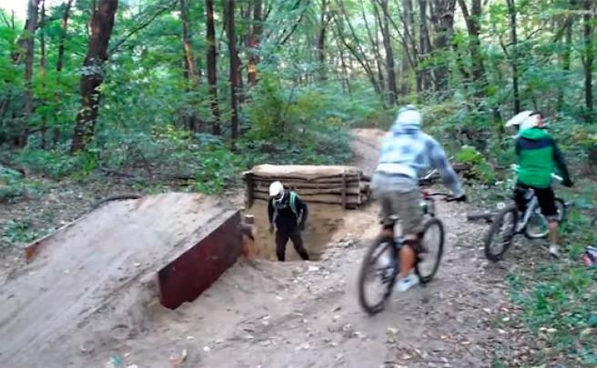 Un grupo de ciclistas + Una rampa en el camino + Un despiste = Un recto en toda regla