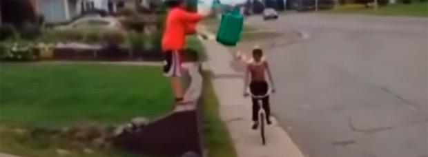 El reto del cubo de agua helada... sobre un ciclista en movimiento
