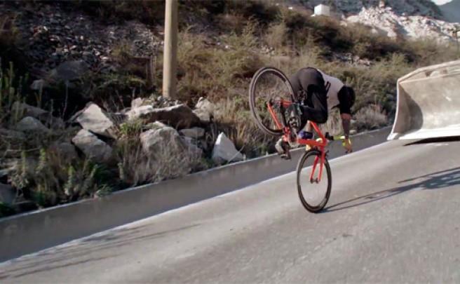La increíble, maravillosa y espectacular técnica sobre una bicicleta de carretera de Vittorio Brumotti