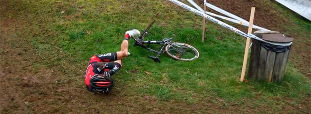 ¿Cómo fracturarse la clavícula con una bicicleta? Julien Absalon nos lo demuestra de forma muy gráfica