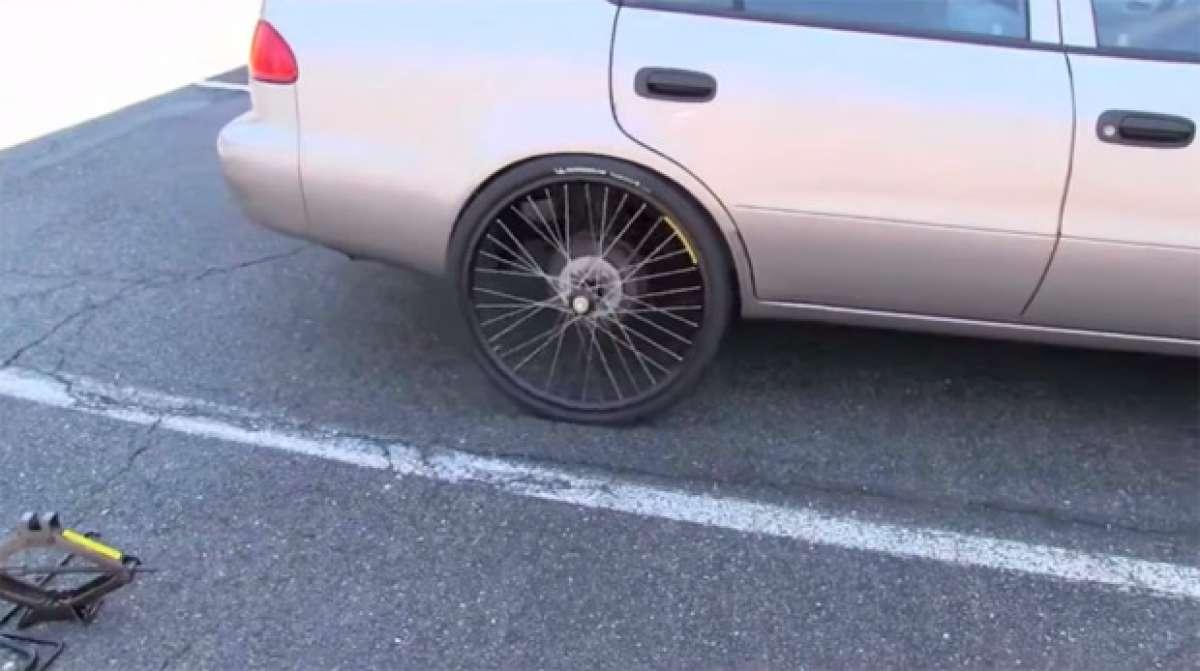 ¿Puede una rueda de bicicleta aguantar el peso de un coche?