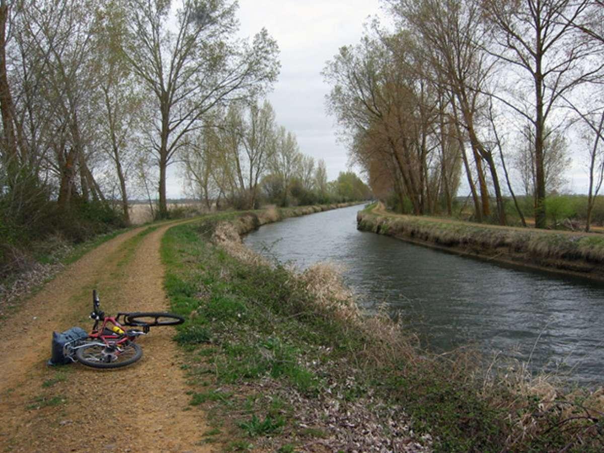 La foto del día en TodoMountainBike: 'Soledad en el Canal de Castilla'
