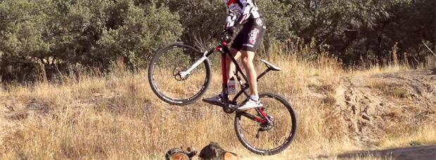 Aprendiendo la técnica de los saltos en bicicleta o 'Bunny Hop'. ¿Cómo se hacen?