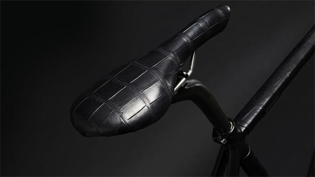 Un completo juego de accesorios en piel de cocodrilo para nuestra bicicleta por 14.500 euros. ¿Estamos locos o qué?