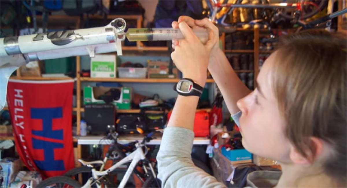 Así prepara Ainhoa, de 13 años de edad, su bicicleta de Enduro
