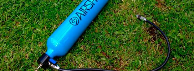 Airshot, un práctico cartucho portátil (y rellenable) de aire comprimido