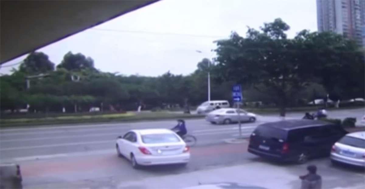 Terrorífico atropello de una ciclista por el conductor más 'despistado' del mundo