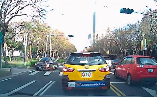 Increíble atropello (sin consecuencias) de una ciclista, o cómo salir de casa con el ángel de la guarda activado