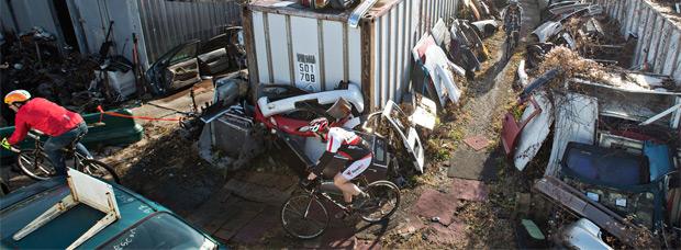 Bilenky Junkyard Cross, una hilarante competición de ciclocross disputada en un desguace