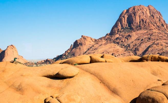 Practicando ciclismo de montaña extremo en Namibia con el VERTriders Team