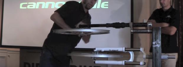 Así de bien funcionan los rodamientos de agujas de una horquilla Cannondale Lefty
